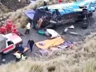 玻利维亚一辆公共汽车坠入山谷 造成19死24伤