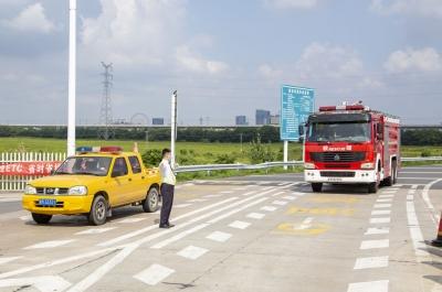 镇江新区南收费站举行危化品车事故处置方案演练