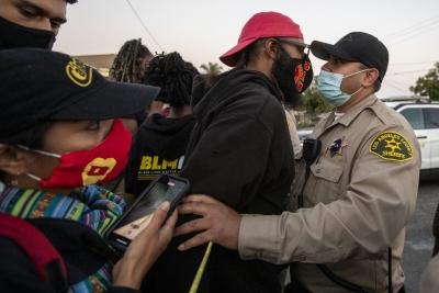 美国加州警方枪击骑车非裔男子引发抗议 警方称其袭警扔枪