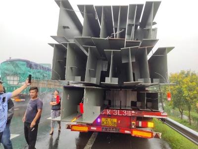 【超长运输+违规变道,终酿成交通事故】
