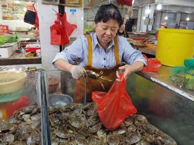 """螃蟹配佳节 价格很亲民    """"两节""""来临镇江菜市场价格平稳"""