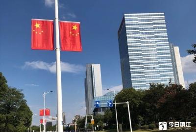 """喜迎国庆 街头洋溢""""中国红"""""""
