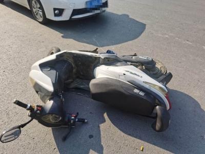 别任性了,电动车搭载4人被撞倒