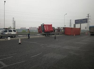 重型货车匝道失控导致侧翻  高速交警快速处置排除险情