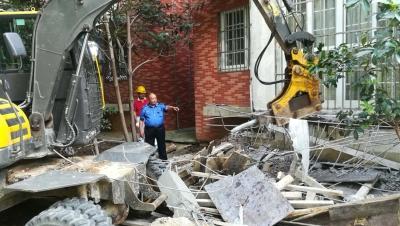 一户居民在家建违建下挖地基没有   城管上门助拆,并请物业督促业主回填地基