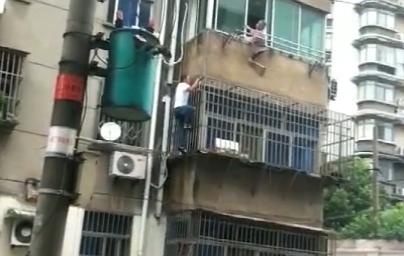 视频   老人悬空三楼外,危急时刻他爬了上去