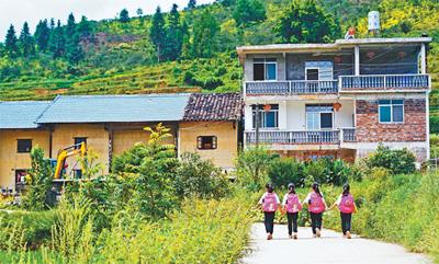 村里精准扶贫 父母就近就业 住进三层小楼四胞胎姐妹 生活很甜美(暖相册)