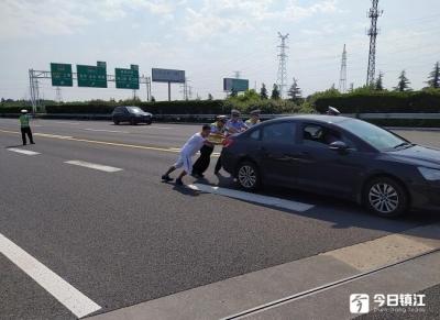 汽车没油罢工高速路 粗心司机遇高速交警相助脱险