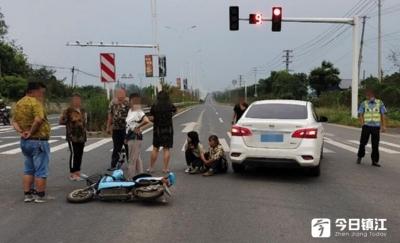 骑行电动车莫随意 祖孙二人被撞受伤