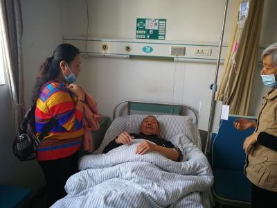 6位失独老人住院,志愿者贴心陪伴