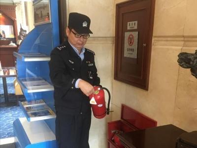 """53岁老民警假期坚守岗位,女儿""""抱怨""""警察父亲过节不回家"""