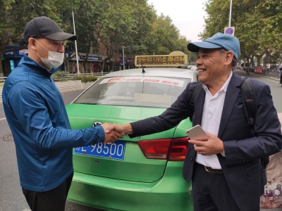 刚到镇就丢包、好司机捡到还上海市民