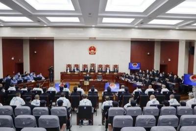 扬中法院连续开庭15天 被告人管建军、管国朝等27人涉黑案一审开庭