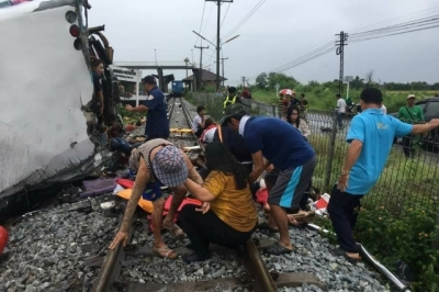 泰國中部火車與巴士相撞致17死30傷