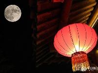 古城中秋月 天涯共此时