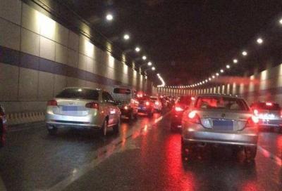 突发 | 观音山隧道发生交通事故 有车辆起火