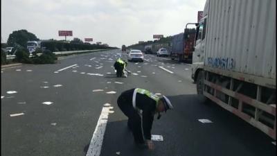 客车卡在高速中央隔离护栏 多亏交警及时出警救援