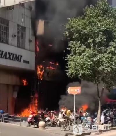 镇江市区一建筑楼下装饰柱起火 殃及多辆电动车