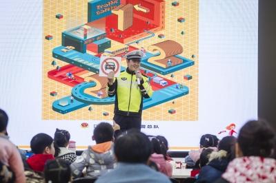 京口交警举办122全国交通安全日主题宣传活动