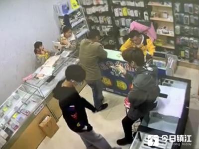 兩男子假裝買手機竟然拿起就逃 被監控拍個正著
