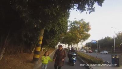 """為避罰款 """"不靠譜""""奶奶竟將孫女丟在路邊"""