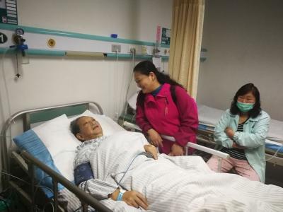 失独老人发疾病 志愿者傍晚急救