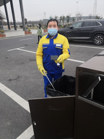 服務區內女保潔員翻遍5只垃圾箱終尋出  票夾、鑰匙、行駛證.....女司機隨手一扔