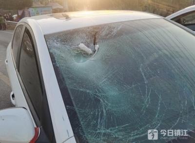 清晨发生在丹徒的这起车祸,轿车挡风玻璃都撞裂了……