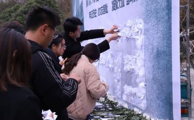 白菊致哀  烛光寄思   百余名大学生缅怀逝者祈愿和平