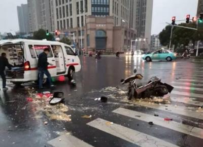 慘烈!南門外大街小轎車與電動車相撞 騎車人受傷送醫