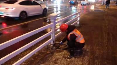 市政设施管理处及时修复损坏护栏