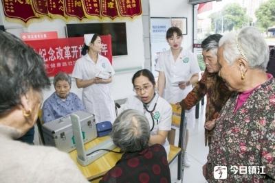 """全国""""敬老爱老助老模范人物""""杨凌:用情怀服务好每一个老年人"""