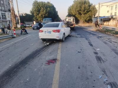 轿车路口撞飞电动车 安全行车须时刻牢记