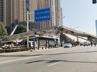 重型特殊结构货车侧翻 横跨马路阻碍交通