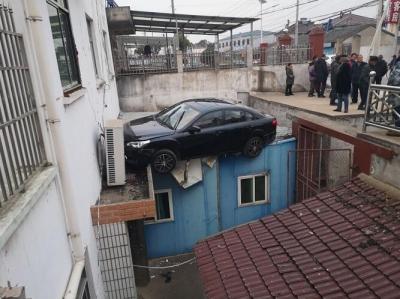 女司機操作不當油門當剎車 轎車沖上民房屋頂
