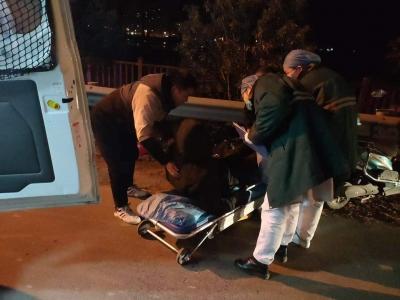 男子寒夜里醉倒路边    俩小伙路过暖心救助