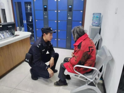 暖心!寒冬里六旬老人江堤上迷路 民警连夜护送回家