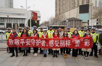 大学生志愿者走上街头致敬平安守护者 共建文明交通路口