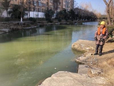 小男孩不慎掉入结冰护城河  两位好心人救人后悄然离开