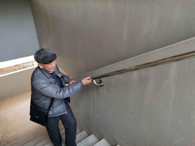 """安装扶手方便老人上下楼梯 迎江路中心社区做好""""开门一件事"""""""