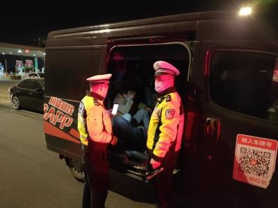 司机侥幸图方便   核载7人车塞进了9人