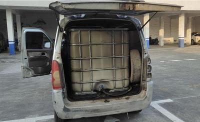 """面包车变身非法""""加油车"""",交易途中被逮个正着!"""