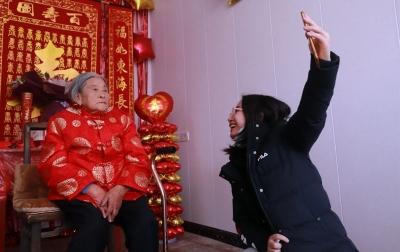"""百岁老人取消生日寿宴  网上""""云""""拜寿倡导节俭"""