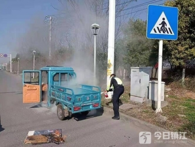 电动三轮车突发自燃 交警秒变消防员