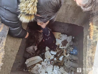 小孩掉入2米深水槽 同学找来警察蜀黍救人