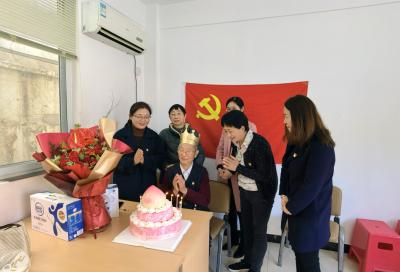"""""""今后每年生日,我们都会来陪您过!"""" 杨家门社区为99岁老党员过生日"""