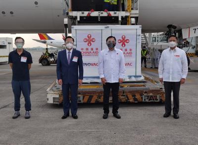 中国援助的第二批新冠疫苗运抵马尼拉 菲律宾政府官员感谢中国再次援助
