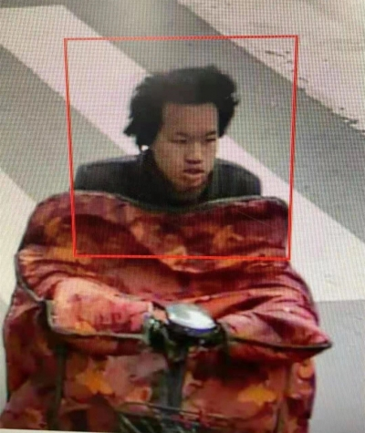 扬中警方敦促:图中男子速速自首!大白天竟敢尾随卡脖恐吓女童
