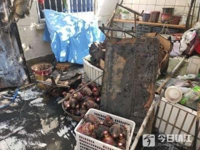居民家中起火 烧坏了院中的几十瓶酒