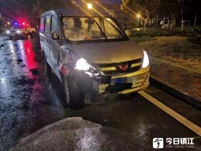 电动车环岛逆行被撞飞  驾驶人未戴头盔致头部受伤